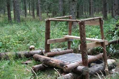 Tog skogen till hjälp med att fälla ett litet träd för att kunna bygga pass nummer två för dagen