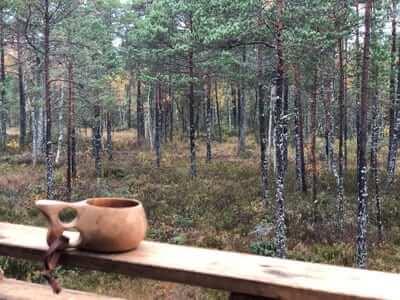 En kopp kaffe på passet som var på en myr under andra jaktdagen