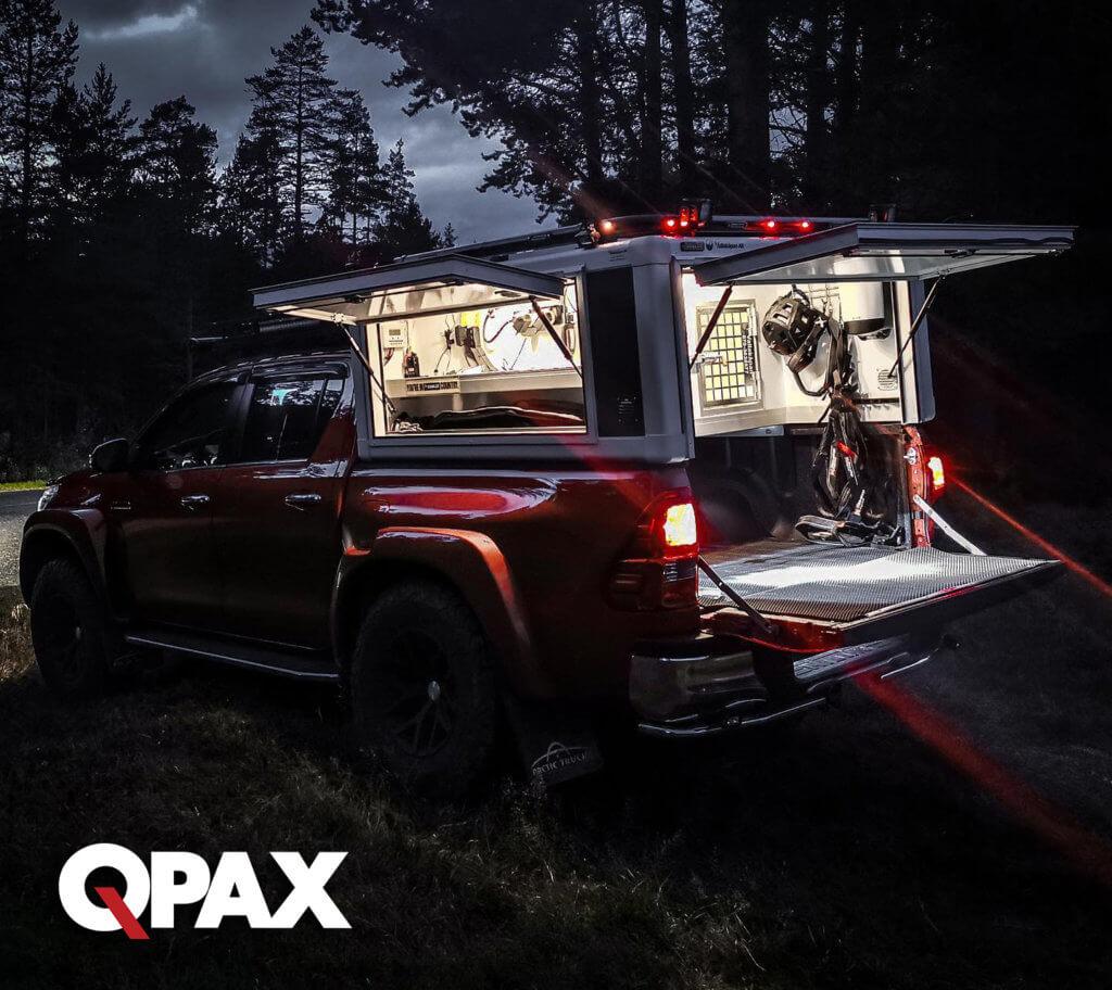 qpax ljusmontering på hundkåpor på en jaktbil
