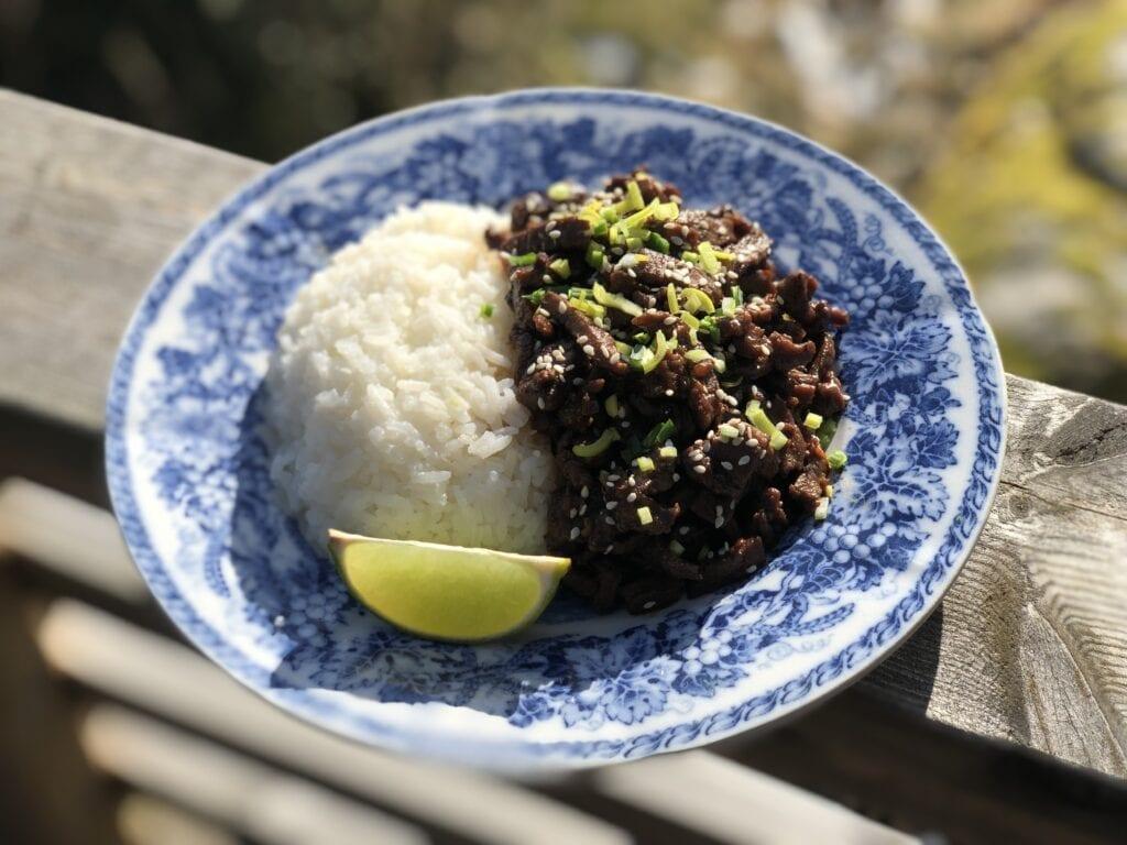 Yakiniku på en tallrik med ris