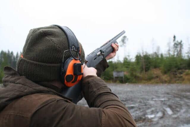 kille skjuter med hagelgevär