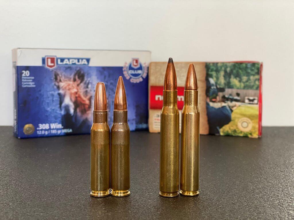 två olika jaktammunitioner på ett bord