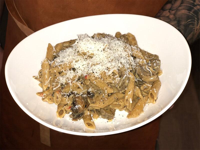 Krämig penne pasta med rådjurskött, svamp och grädde