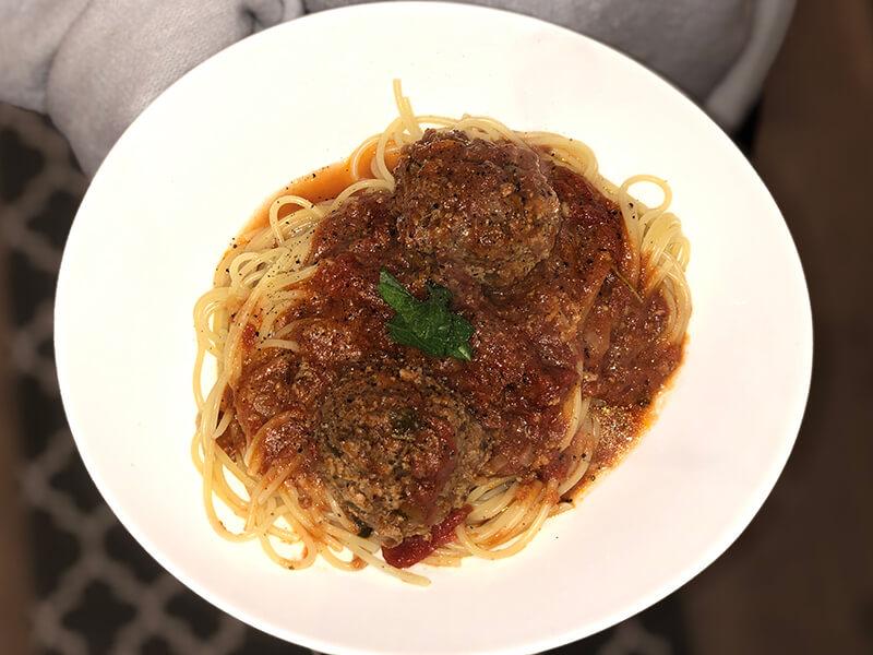 Italienska köttbullar gjorda på viltfärs i tomatsås med spaghetti